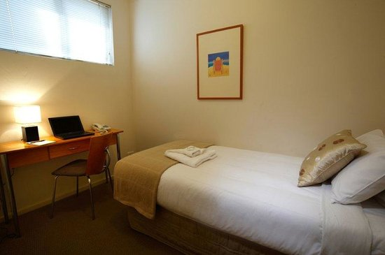 RNR Serviced Apartments Adelaide: Study Bedroom