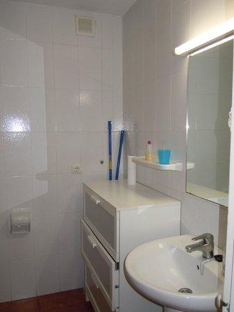 Apartments El Sorrall: В ванной комнате раковина,унитаз,биде,ванна,комод,фен