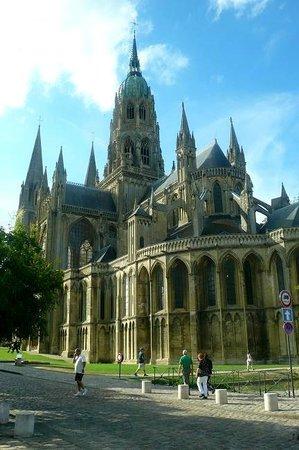 Notre Dame Cathedral: Cathedrale Notre Dame de Bayeux: Francia: vista del lato B