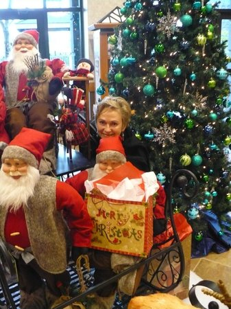 Holiday Inn Hotel & Suites North Vancouver: Santa and the Elves!