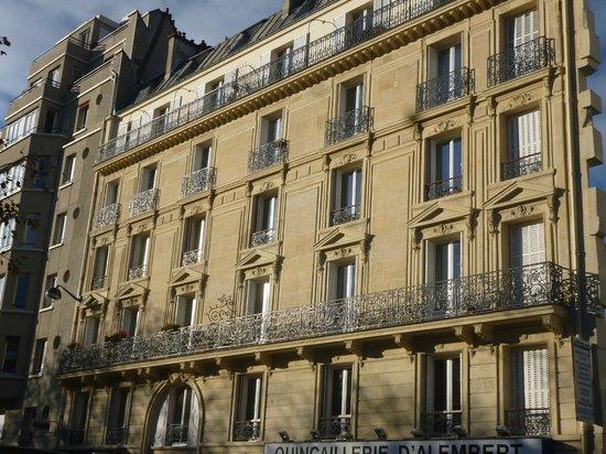Crowne Plaza Paris Republique: Elegant facade of the Crowne Plaza