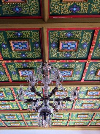 El Hotel de Su Merced: Ceiling detail in lobby