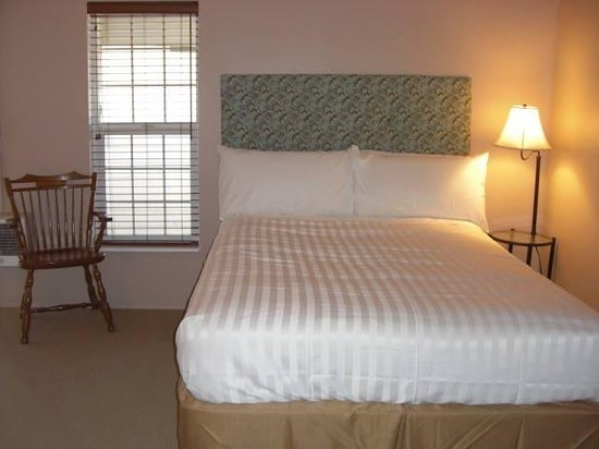 Deep Water Inn: Room 2 Featuring 2 Queen Beds and Kitchenette