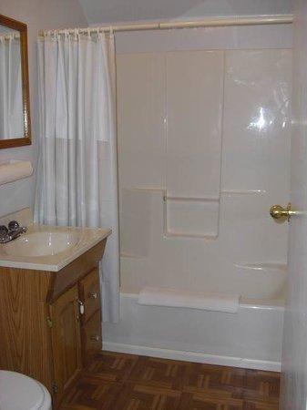 Deep Water Inn : Room 1 Bathroom with Tub