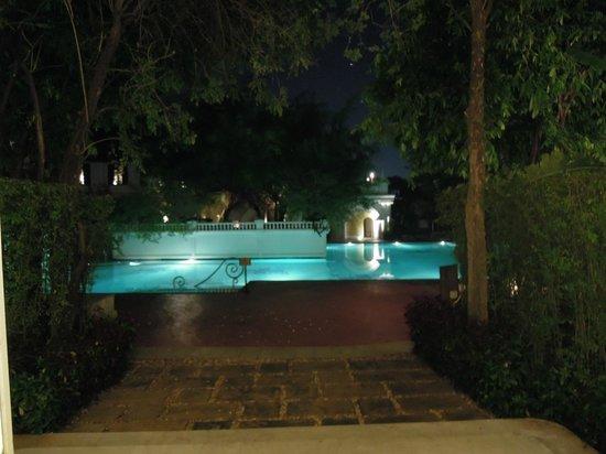 The Dhara Dhevi Chiang Mai : Das Pool in der Nacht