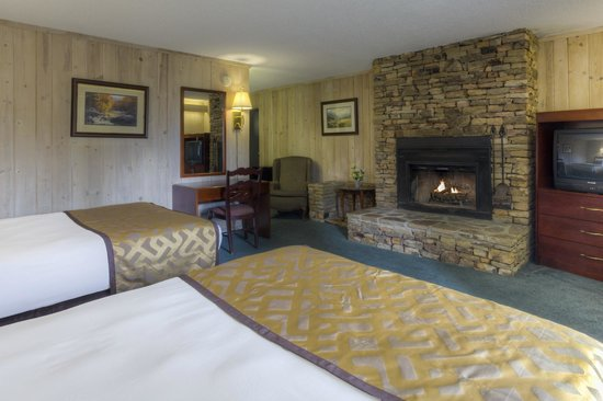 Chalet Inn : Double beds with Fireplace