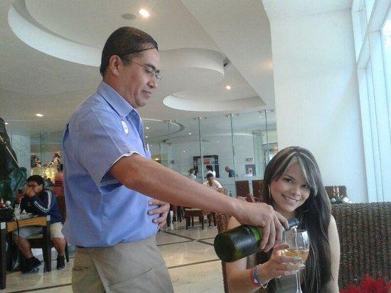 Sunset Royal Cancun Resort: Angel  Torres
