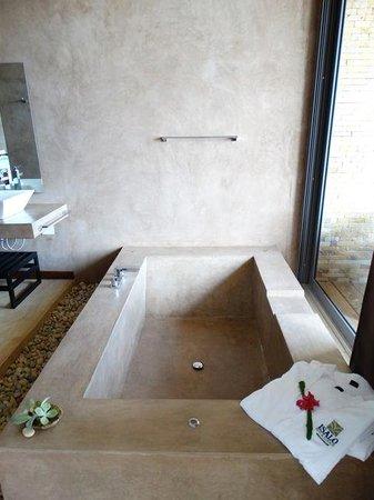 Isalo Rock Lodge: Romantic bath