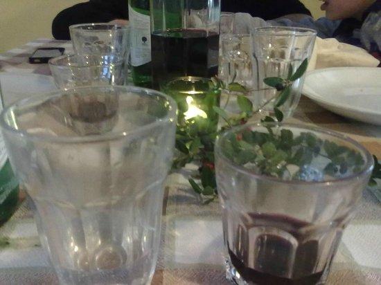 Agriturismo Fontana delle Pere : tovaglia  e bicchieri in stile con l'ambiente