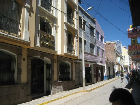 Sol Plaza Hotel Puno: Hotel from the street