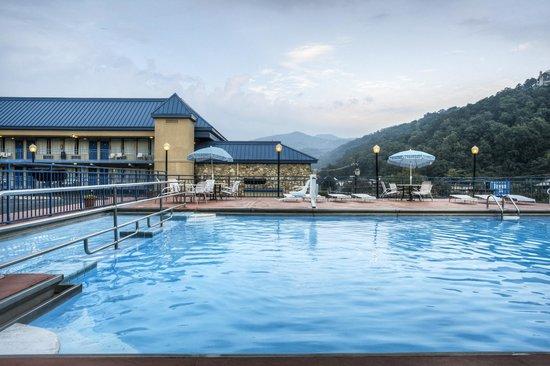 Parkview Inn: Outdoor Pool