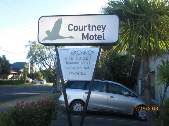 Courtney Motel: Front sign