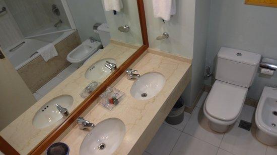 Hotel NH Buenos Aires Latino: Vista do banheiro.