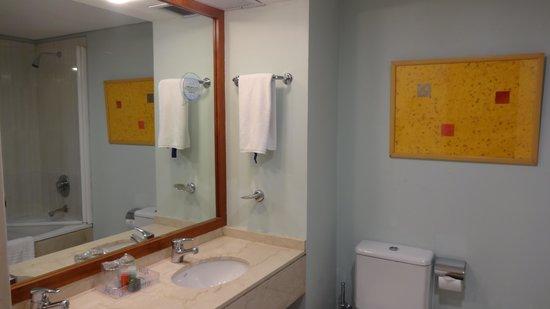 Hotel NH Buenos Aires Latino: Vista do banheiro
