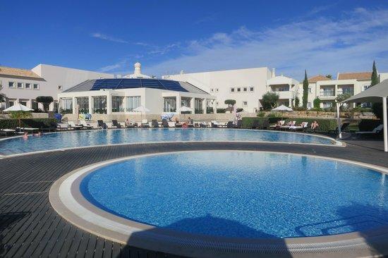 Vale d'Oliveiras Quinta Resort & Spa: Pool with restaurant behind.