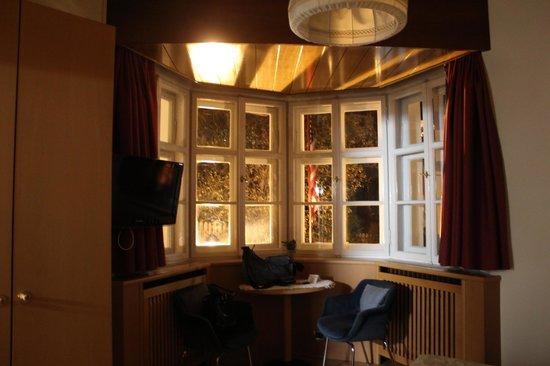 Hotel Villa Emilia: finestrina semiesagonale