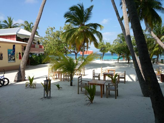 Kaani Beach Hotel: area in front of the hotel