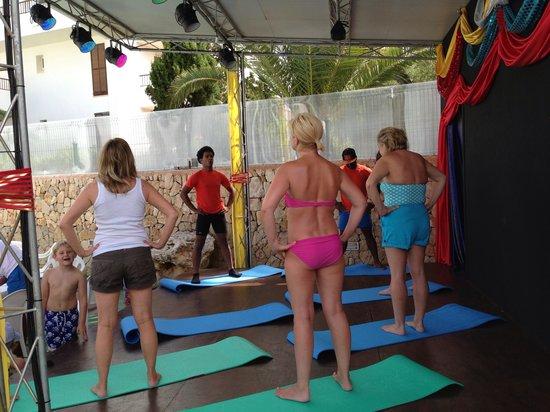 Apartamentos Cala d'Or Playa: Yoga by the pool