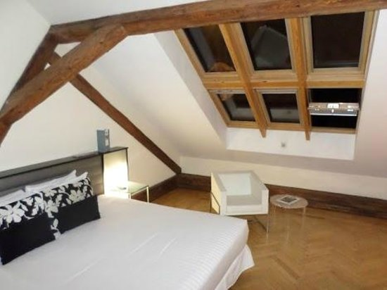 Eurostars Thalia Hotel: BED, THE WINDOW WITH A BEAUTIFUL VIEW FOR PRAGUE CASTLE