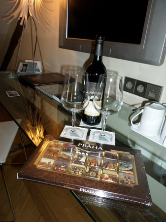 Eurostars Thalia Hotel: RED WINE, CHOCOLATES