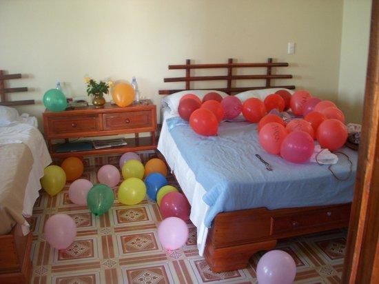 Hostel Dra. Mirta Carballo : Habitaciòn del piso superior.Decoraciòn de bienvenida.