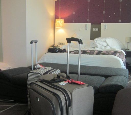 Hotel Verde Cape Town International Airport : Corner Bedroom - Queen size with a couch (currently pulled out)