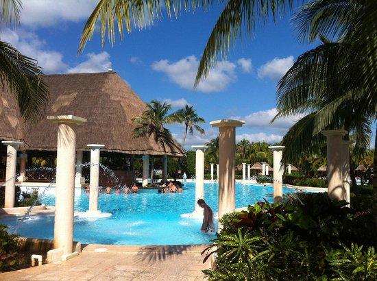 Grand Palladium Colonial Resort & Spa: Magnifique piscine - Bar piscine