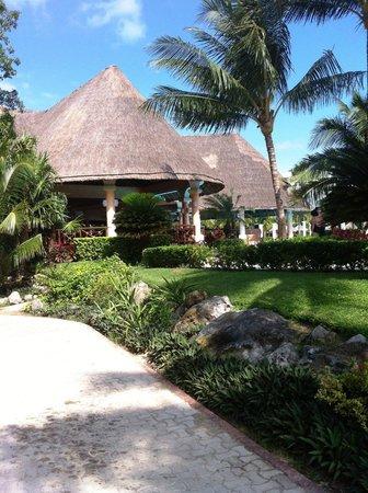 Grand Palladium Colonial Resort & Spa: Buffet à côté de la piscine principale