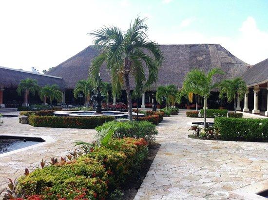 Grand Palladium Colonial Resort & Spa: Cour arrière du Lobby - près du Théâtre