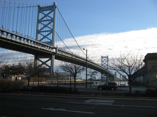 Holiday Inn Express Philadelphia E - Penns Landing : Ben Franklin Bridge ground level