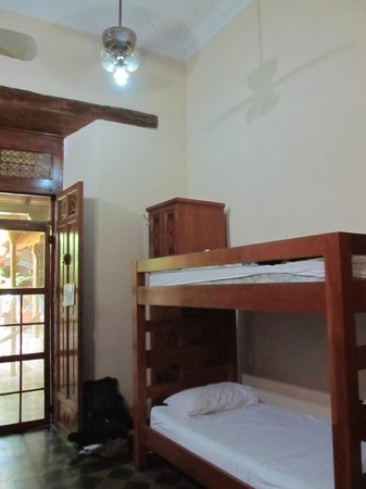 Hostel Oasis: Dorm room - lockers are big enough to put ALL your things in!