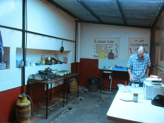 Hostel Oasis: Kitchen is stocked with your basic needs, but still a little creepy
