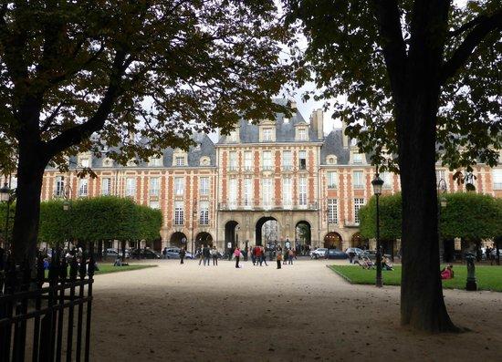Le Pavillon de la Reine : Entrance to the courtyard to the hotel