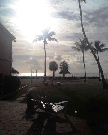 Breezy Palms Resort : Dawn breaking