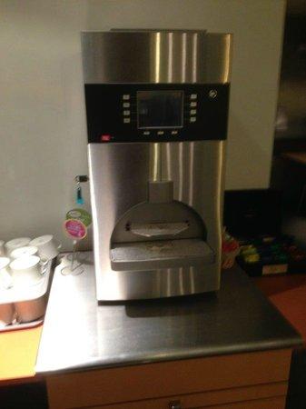 Ibis Marseille Centre Prado Vélodrome : Machine à café à l'arrêt au petit déjeuner