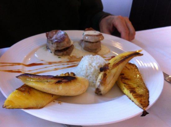 Follas Novas: Solomillo Ibérico en salsa de tetilla con arroz al vapor y plátano y piña a la plancha !!! Exqui