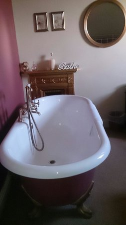 Ashley Guest House: Loved the bath in our room!
