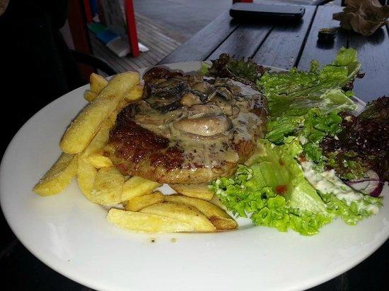 Cafe Neve: Steak and mushroom sauce