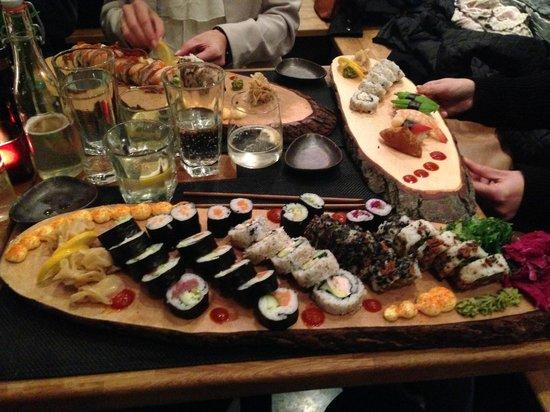 East West -Sushi, Grill, Lounge: Den største Sushi-menu -> nok til en voksen mand.