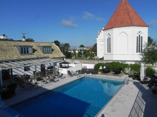 Hotell Gasslingen: view of pool and church next door