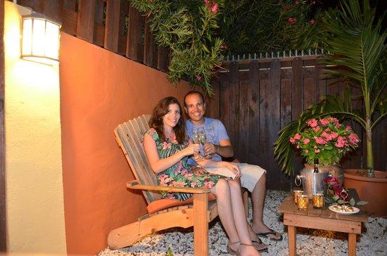 Carinas Studio Apartments: tomando o vinho cortesia no jardim