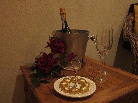 Carinas Studio Apartments : Espumante e chocolates