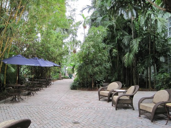 Riverside Hotel: hotel patio