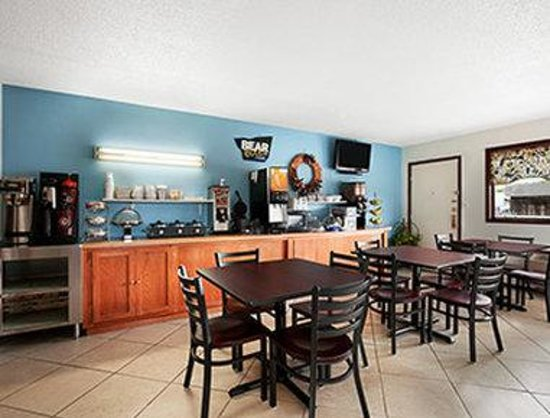 Royal Inn & Suites: Breakfast Area