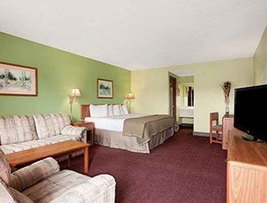 Royal Inn & Suites : One King Bed Deluxe Room
