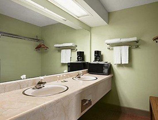 Royal Inn & Suites: Bathroom