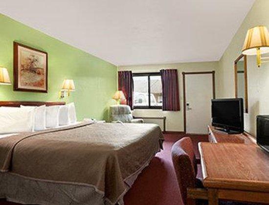 Royal Inn & Suites : One King Bed Room