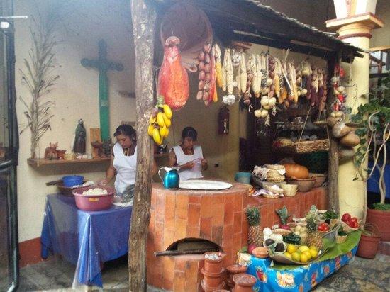 El Fogon de Jovel: Las tortillas se hacen a mano en el momento