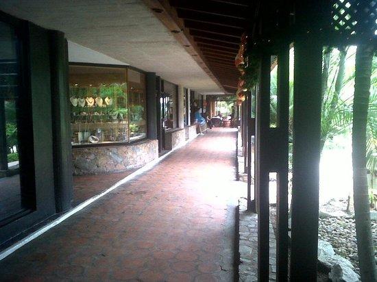 Hesperia Playa El Agua: Tiene sus propias tiendas