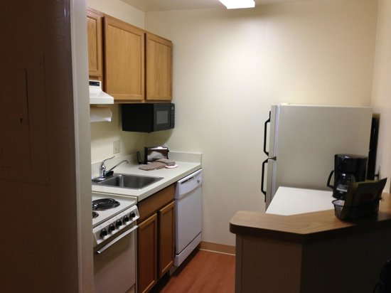 TownePlace Suites Milwaukee Brookfield: kitchen area